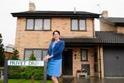 Актриса Фиона Шоу (тетя Петуния) рядом с домом, где рос Гарри Поттер.  // Warner Bros