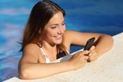Туристы предпочитают не расставаться со смартфонами на отдыхе. // Antonio Guillem, shutterstock
