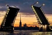 Разведенный Дворцовый мост - один из символов Санкт-Петербурга. // kudapiter.ru
