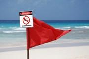 Красный флаг предупреждает об опасности. // advisoranalyst.com