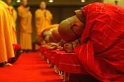 Туристы охотно подают монахам в святых местах. // china.org
