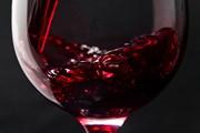Фонтан работает круглосуточно, вино в нем - бесплатное. // Igor Normann, shutterstock.com