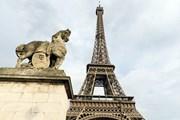 Туристы не могут попасть на Эйфелеву башню. // posztos, shutterstock