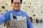 Сэм Барски в жилетке с иерусалимской Стеной плача // npr.org