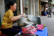 Продавцы еды портят имидж города, считают власти Ханоя. // vietstreetfood.com