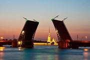 Каждую ночь разводку мостов собираются посмотреть тысячи туристов. // Yulia B, shutterstock