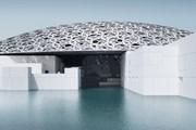 Музей накрыт серебристым куполом, состоящим из тысяч звезд. // louvreabudhabi.ae