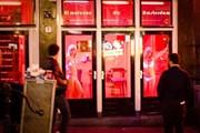 Власти города защищают частную жизнь работниц секс-индустрии. // amsterdam-travel-guide.net