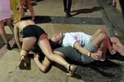 Туристы у ночного клуба на Майорке. // thesun.co.uk