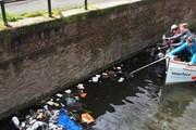 """""""Пластиковая рыбалка"""" на каналах Амстердама // ozeankind.de"""