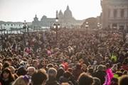 Толпы туристов вредят Венеции.