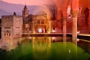 Дворец Альгамбра приглашает туристов после захода солнца.