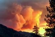 Пожарным пока не удается сдержать огонь. // weather.com