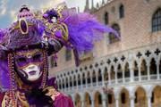 Сотни тысяч туристов приезжают в Венецию на карнавал. // veniceevents.com
