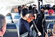 Музыканту пришлось дать концерт в самолете, чтобы найти место для скрипки
