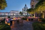 Сад отеля The St. Regis Venice, выходящий на Гранд-канал. // marriott.com